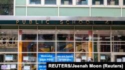 Seorang pejalan kaki berjalan melewati Public School 41 setelah wabah Covid-19 di wilayah Manhattan di New York City, New York, AS, 27 September 2020. (Foto: REUTERS/Jeenah Moon)