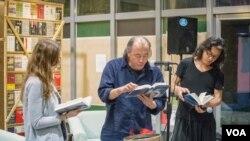 独立中文笔会会长贝岭等朗诵诗歌。(美国之音记者方正拍摄)