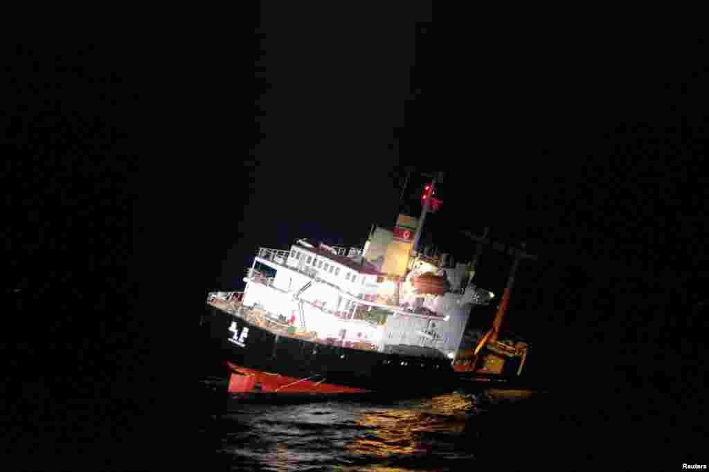 غرق شدن یک کشتی باری کره شمالی در جنوب جزیرههای گوتو در ژاپن.