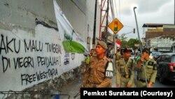 Pemkot Solo membersihkan grafiti terkait kasus Papua di salah satu lokasi, sepekan ini. (Foto: Pemkot Surakarta)