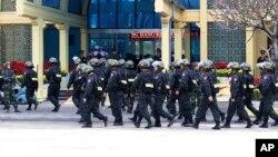 An ninh Việt Nam dày đặc tại cổng vào Ga Đồng Đăng, Việt Nam, nơi dự kiến lãnh tụ Triều Tiên Kim Jong Un sẽ xuống tàu sau cuộc hành trình bằng xe lửa xuyên qua Trung Quốc. Ảnh chụp ngày 25/2/2019. (AP Photo/Minh Hoang)
