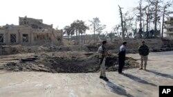 Афганські солдати біля місця вибуху неподалік німецького консульства в Мазарі-Шаріфі