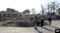 阿富汗保安人员在德国领事馆附近的爆炸现场附近站岗