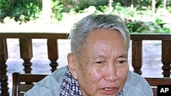Former Khmer Rouge leader Pol Pot answers questions during an interview near Anlong Veng, Cambodia (1998 file photo)