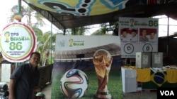 Suasana di TPS 86 Kadipiro Solo yang bernuansa Timnas Brazil dan Piala Dunia 2014 di Solo, 8 Juli 2014 (Foto: VOA/Yudha)