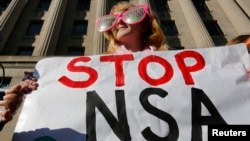 Người biểu tình giương khẩu hiệu phản đối Cơ quan An ninh Quốc gia Mỹ ở thủ đô Washington, ngày 17/1/2014.