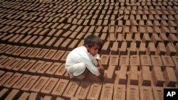 ایک بچہ اینٹوں کے بھٹے میں کام کر رہا ہے۔ فائل فوٹو
