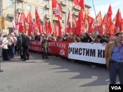"""去年5月6日普京就职总统前夕的莫斯科大规模反政府示威中,""""左翼阵线""""的队伍。(美国之音白桦拍摄)"""