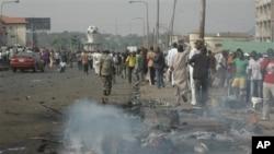 Dân chúng tụ tập nơi xảy ra vụ nổ bom ở Kaduna, Nigeria