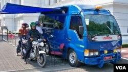 Layanan penukaran uang tunai 'Drive Thru' di Bank Indonesia wilayah Jawa Barat, merupakan yang pertama di Indonesia (foto: VOA).