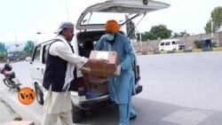 پشاور میں غریبوں میں راشن تقسیم کرنے والے ڈاکٹر جتیندر