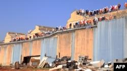 2014年8月25日囚犯站在巴西南部卡斯卡韦尔监狱屋顶上