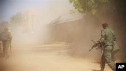 21일 말리 가오에서 이슬람 반군과 교전 중인 정부군