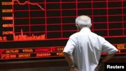 一名股民在北京一家交易所观看股市行情电子屏幕。 (2015年7月7日)