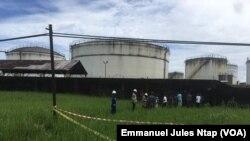 L'enceinte de la société camerounaise des dépôts pétroliers où l'explosion d'une bombe artisanale s'est produite à Douala, Cameroun, 22 septembre 2017. (VOA/Emmanuel Jules Ntap)