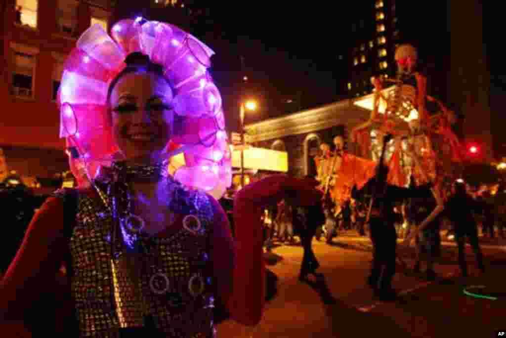 """""""Рециклирана"""" маска: Су Елен Мејсон од Бруклин со перјаница од пластични чаши. (AP Photo/Tina Fineberg)"""