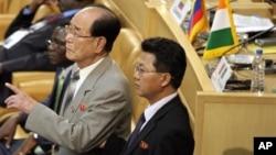 30일 이란 테헤란에서 열린 비동맹운동 정상회의에 참석한 북한의 김영남 최고인민회의 상임위원장(왼쪽).