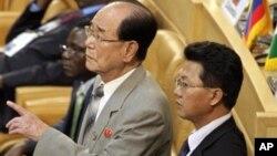 Serokê Civata Gel ya Bilind li Koreya Bakur Kim Yong Nam (çep).