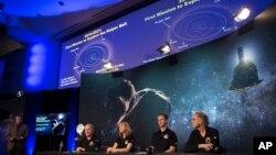 ທີມງານ ຂອງຍານສຳຫຼວດ ອະວະກາດ ຊື່ວ່າ ນິວ ໂຮຣາຍສັນສ໌ (New Horizons) ແມ່ນສາມາດເຫັນໄດ້ ໃນລະຫວ່າງກອງປະຊຸມຖະແຫລງຂ່າວ ກ່ຽວກັບ ການບິນຜ່ານ ວັດຖຸສິ່ງນຶ່ງ ທີ່ເອີ້ນວ່າ Ultima Thule, ວັນທີ 31 ທັນວາ 2018, ຢູ່ທີ່ ຫ້ອງທົດລອງ ການຄົ້ນຄວ້າດ້ານວິສະວະກຳ ຂອງມະຫາວິທະຍາໄລ ຈອນສ໌ ຮອັບກິນສ໌.