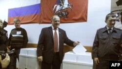 Лидер КПРФ Геннадий Зюганов голосует на выборах в Госдуму