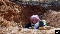 路边隐蔽坑中的叙利亚叛军