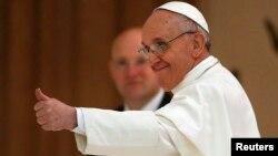 """El papa Francisco aseguró que prefiere estar entre sus """"hermanos"""" antes que vivir en una residencia aislada."""