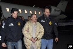 El Chapo bị nhà chức trách Mỹ áp tải tại Sân bay MacArthur Long Island, bang New York, ngày 26 tháng 11, 2018.