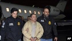 گوزمین کی جنوری 2017ء میں امریکی حکام کو حوالگی کے وقت کی تصویر (فائل فوٹو)