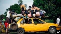 Warga Kristen dari desa Bouebou, sebelah utara Bangui, Republik Afrika Tengah, menaikkan barang ke atas taksi untuk melarikan diri dari kekerasan sektarian (4/12).