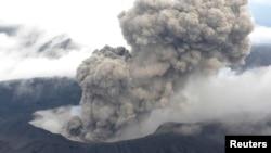 Gunung Aso, di pulau Kyushu, Jepang selatan, meletus Sabtu pagi, 8 Oktober 2016 (Foto: dok).
