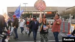 "Para pendukung Presiden AS Donald Trump berkumpul di depan Pusat Penghitungan Suara dan Pemilu Maricopa County, dalam unjuk rasa ""Stop Steal"" memprotes hasil pilpres 2020 yang memproyeksikan kemenangan Joe Biden, capres dari partai demokrat, di Phoenix, Arizona, 9 November 2020."