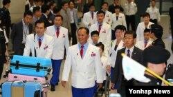 2014 인천 장애인 아시안게임에 참가하는 북한 선수단이 11일 오후 남측 응원단의 환영을 받으며 인천공항을 통해 입국하고 있다.