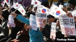 지난 10일 한국 뉴라이트 여성연합 회원들이 서울에서 북한인권법 제정을 촉구하는 시위를 벌이고 있다.