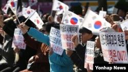 지난 10일 한국 뉴라이트 여성연합 회원들이 서울에서 북한인권법 제정을 촉구하는 시위를 벌이고 있다. (자료사진)