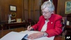 La gobernadora de Alabama, Kay Ivey, firmó el miércoles 15 de mayo de 2019 una ley sobre el aborto, que está entre las más restrictivas de todo EE.UU.
