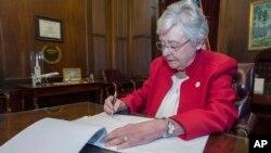 Guvernerka Alabama Kay Ivey potpisuje zakonski prijedlog kojim se abortus proglašava krivičnim djelom (Foto: AP/Hal Yeager/Kancelarija guvernerke Alabame).