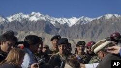 Kepala Angkatan Darat Pakistan Jendral Ashfaq Parvez Kayani (tengah) memberikan keterangan pers di Skardu, Pakistan, seusai meninjau lokasi gletser Siachen yang menimbun lebih dari 125 tentara Pakistan (18/4).