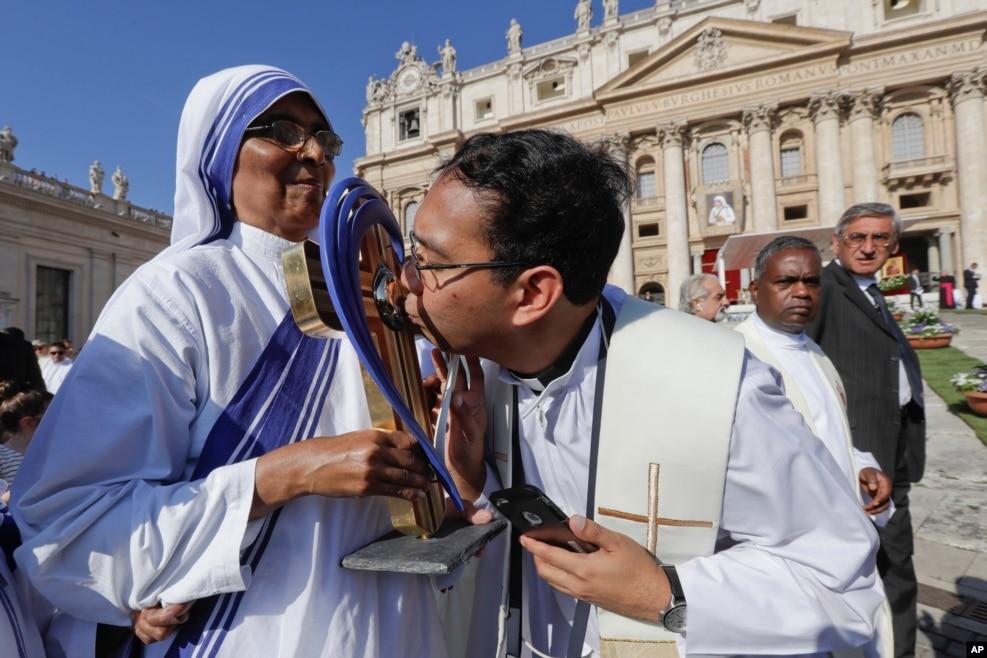 Vatikan - Tereza Ana Müqəddəs elan edildi