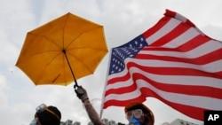 香港抗议者的黄雨伞和美国国旗