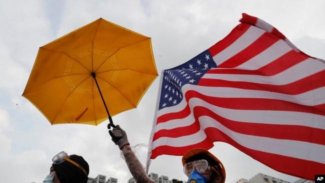 香港抗議者的黃雨傘和美國國旗