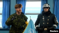 联合国军事停战委员会指挥官瓦特(左)2018年2月8日在非军事区接待媒体采访