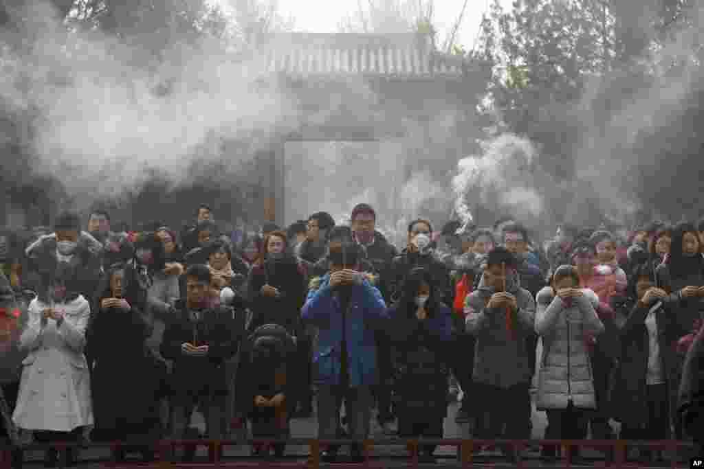 2017年元旦,在浓重的雾霾中,中国人在北京雍和宫烧香