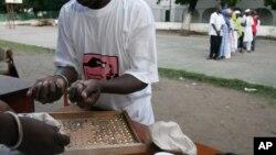 Des employés comptent les billes lors de l'élection présidentielle à Banjul, Gambie, le 22 septembre 2006.