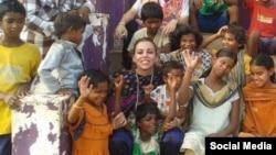 نرگس کلباسی در میان کودکان معلول و نابینای هندی