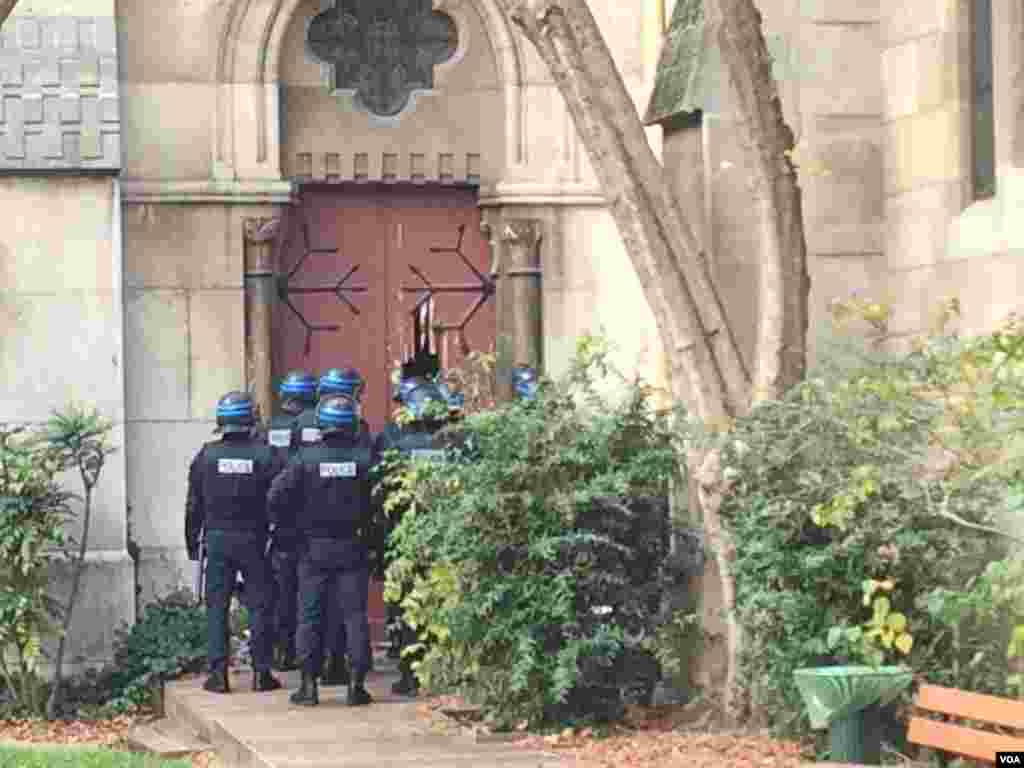 Riot police breaks down door of church in Saint Denis, near Paris, France on Nov. 18, 2015. (Photo: D. Schearf / VOA)