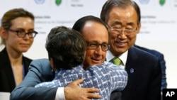 法国总统奥朗德拥抱联合国气候变化首席菲格雷斯(2015年12月12日)