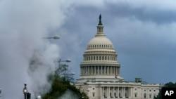 El Capitolio de EE.UU. se aprecia en medio de nubes de vapor de un área de construcción en la Avenida Pennsylvania en Washington. 10 de septiembre de 2020