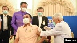 Perdana Menteri Thailand Prayuth Chan-ocha menerima suntikan vaksin COVID-19 AstraZeneca di Bangkok, Thailand, 16 Maret 2021. (Foto: Reuters)