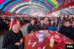 台北的寒士尾牙有200桌,服务2万人。(美国之音记者方正拍摄)