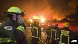Vatrogasci pokušavaju da spreče da požar stigne do grada Tirat Hakarmel, na severu Izraela, 2. decembar 2010.